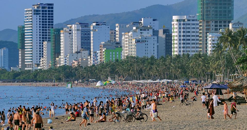 Nha Trang: Tưởng Tượng Và Thực Tế bãi biển đông nghẹt