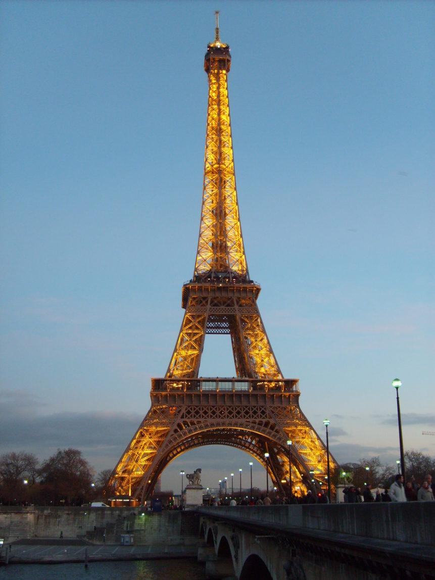 Chụp ảnh tháp Eiffel vào buổi tối