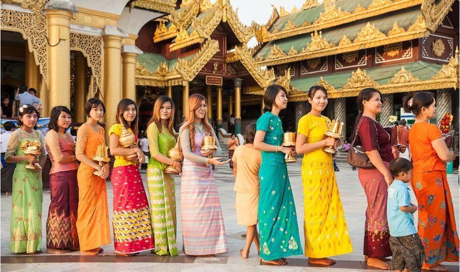 phụ nữ mặc trang trang phục truyền thống ở Bagan