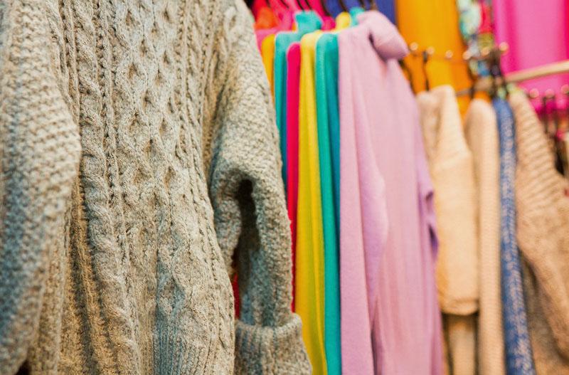 Áo, tất, nón len,... thủ công nên nhìn rất tinh tế và tỉ mỉ