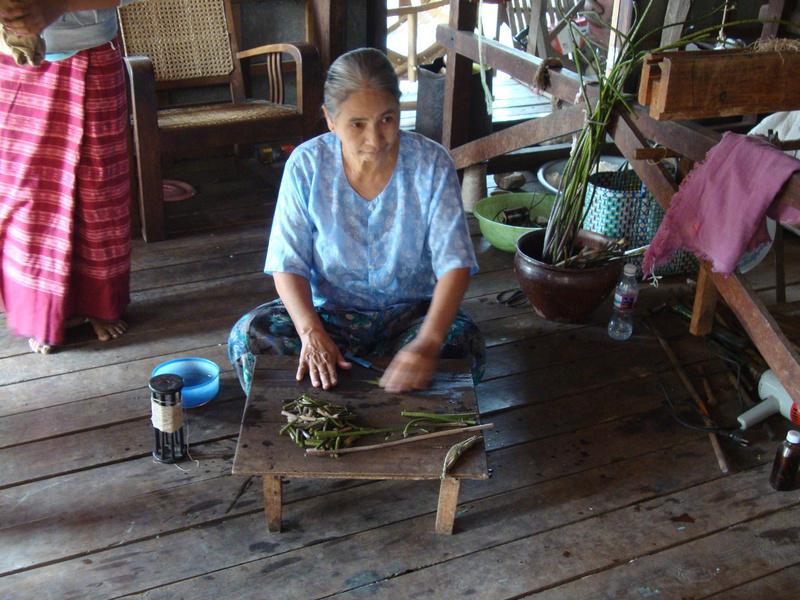 Dệt vải bằng sợi thân sen Myanmar