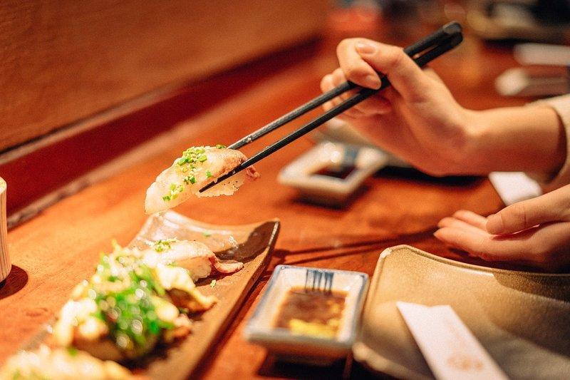 Chú ý khi dùng đũa trong bữa ăn