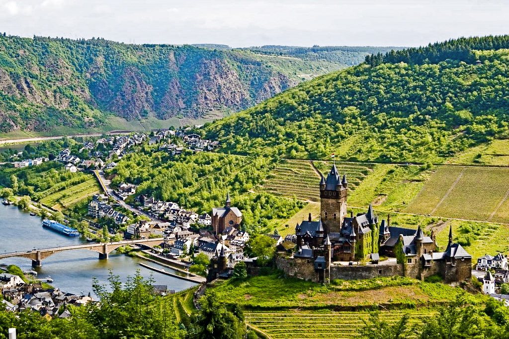 Nhâm nhi rượu vang Riesling trên chuyến tàu sông Rhine
